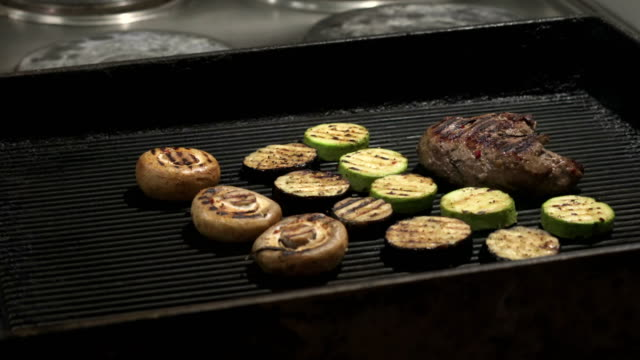 Steak on grill with flames - vídeo