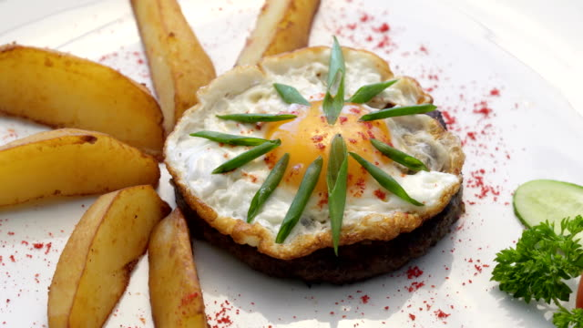 steak mit ei und kartoffeln auf einem weißen teller - portion stock-videos und b-roll-filmmaterial
