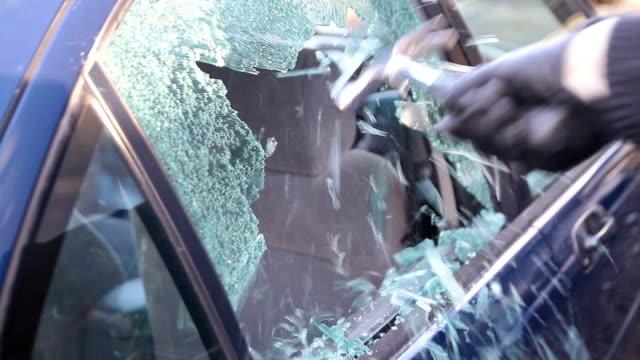 воровство рюкзак out of a car - вор стоковые видео и кадры b-roll