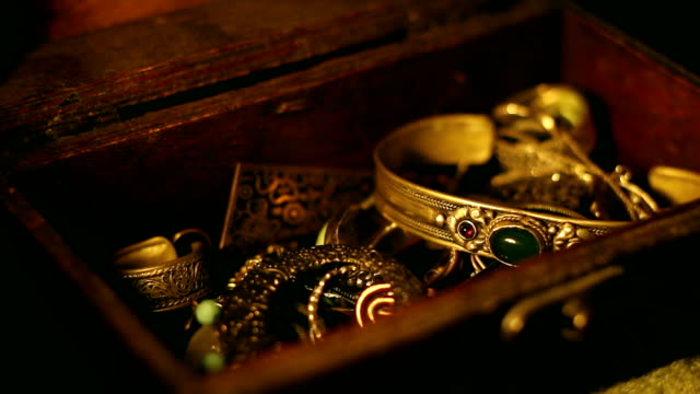 stealing the treasure chest - scatola del tesoro video stock e b–roll