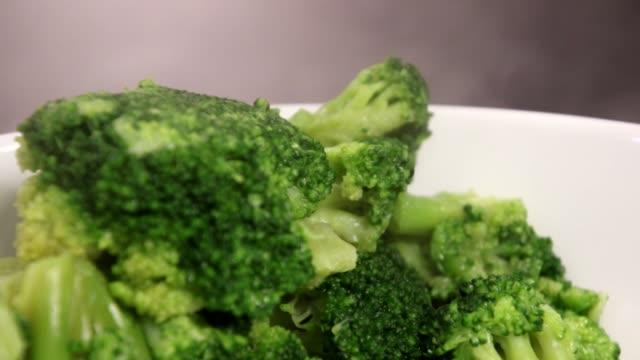 vídeos de stock e filmes b-roll de steam cooked broccoli - brócolo