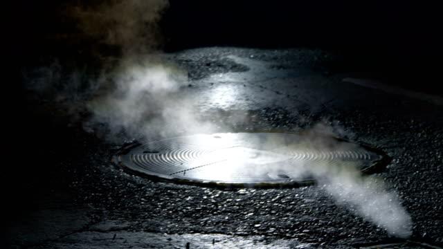 vidéos et rushes de steam qui coule de canal undeground sur une rue de new york en 4k ralenti 60fps - courage