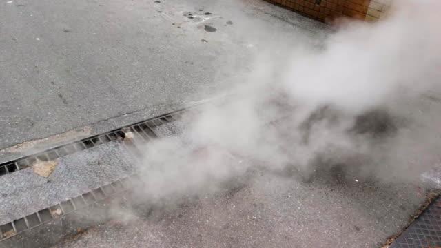 vídeos de stock e filmes b-roll de steam from drain - alfalto