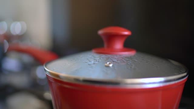 vapore sulla pentola in cucina - coperchio video stock e b–roll
