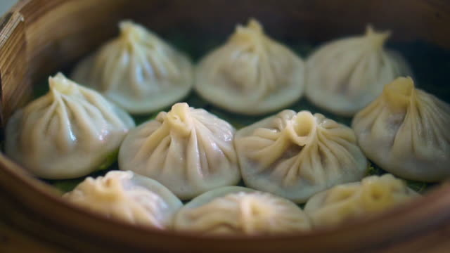 Sopa de bolas de vapor, Xiaolongbao. Jugoso China dim sum. Comer en el restaurante - vídeo