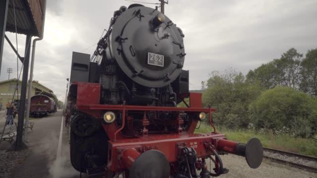 vídeos y material grabado en eventos de stock de tren de vapor que aparecen a través del humo - memorial day weekend