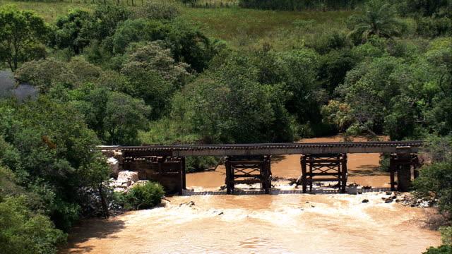 buhar tren geçiş küçük köprüsü são joão del rei - havadan görünümü - minas gerais, tiradentes belediyesi, brezilya dışında - minas gerais eyaleti stok videoları ve detay görüntü çekimi