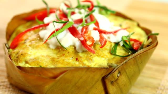 gedämpfter fisch mit curry-paste oder hor mok, thailändisches essen - dampfkochen stock-videos und b-roll-filmmaterial