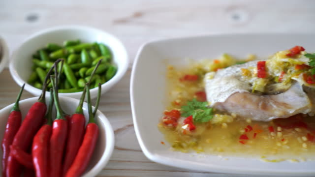 gedünsteten zackenbarsch fischfilet mit chili lime - dampfkochen stock-videos und b-roll-filmmaterial