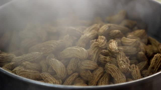 gedämpfte erdnüsse - gar gekocht stock-videos und b-roll-filmmaterial