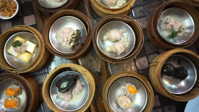 蒸した点心の食事、トップビューポイントのさまざまな伝統的な中華料理 ビデオ