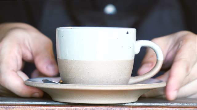 cu 蒸し温かい飲み物を提供しています - バーカウンター点の映像素材/bロール