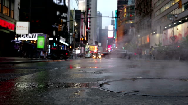 stockvideo's en b-roll-footage met steaming manhole midtown manhattan nyc new york city steam smoke - riool