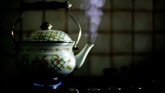 vídeos de stock e filmes b-roll de hd: vapor bule de chá - ferver