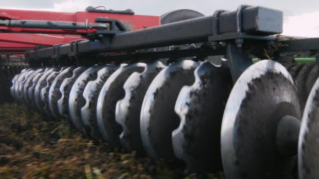 vidéos et rushes de stedicam tourné: machines agricoles pour la culture des terres. se déplace sur le terrain. faible angle vue - équipement agricole