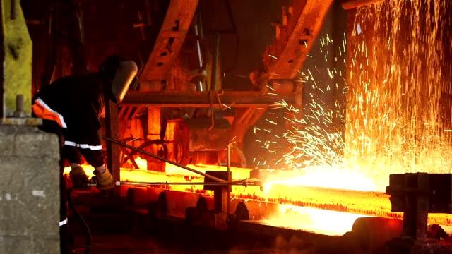vídeos de stock, filmes e b-roll de aço fazer na fábrica e trabalhador - aço
