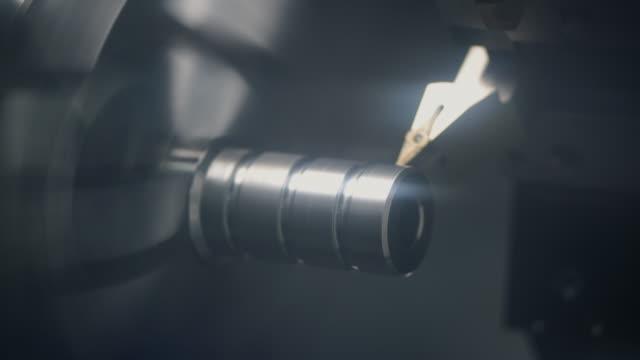 stålmetall bildelar skärmaskin process av cnc svarv i fabriken - svarv bildbanksvideor och videomaterial från bakom kulisserna