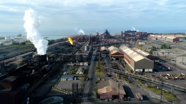 vídeos de stock e filmes b-roll de steel mill by the lake - fundição