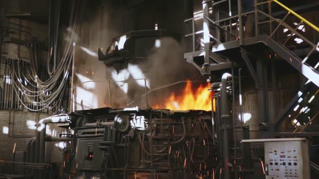 stockvideo's en b-roll-footage met staalproductie in een steelmaak oven. metallurgie. casting ingots. elektrische boog oven winkel. shop eaf. fabriek voor de productie van staal. een elektrische smeltoven. close-up. - boog architectonisch element