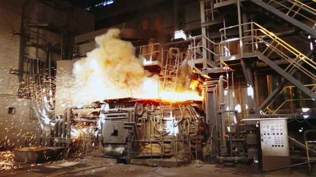 stockvideo's en b-roll-footage met staalproductie in een steelmaak oven. metallurgie. casting ingots. elektrische boog oven winkel. shop eaf. fabriek voor de productie van staal. een elektrische smeltoven. - boog architectonisch element