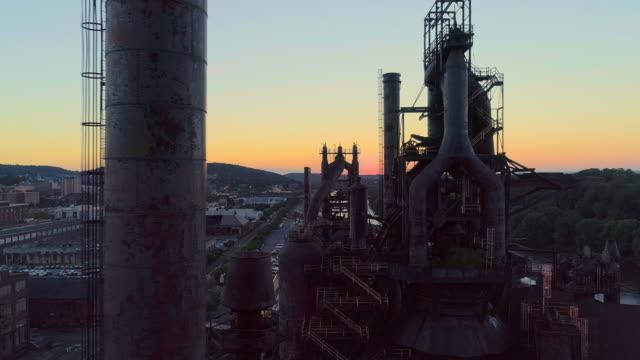 steelstacks - das historische stahlwerk, das in das moderne kulturzentrum in bethlehem, pennsylvania, umgewandelt wurde. luft-drohnen-video mit der panorama-kamerabewegung. - pennsylvania stock-videos und b-roll-filmmaterial