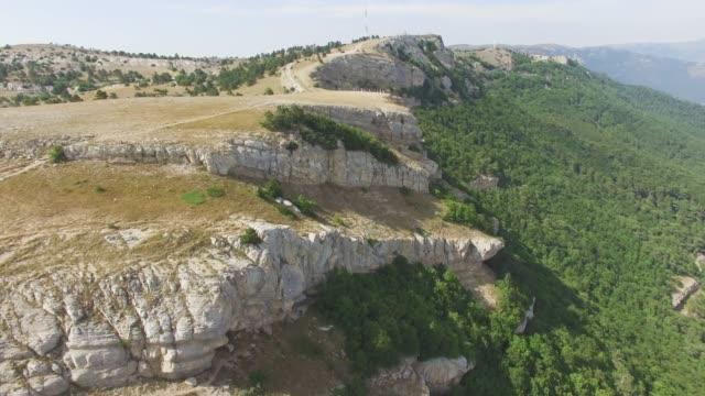 vídeos de stock e filmes b-roll de aerial: steep cliffs of canyon - multicóptero