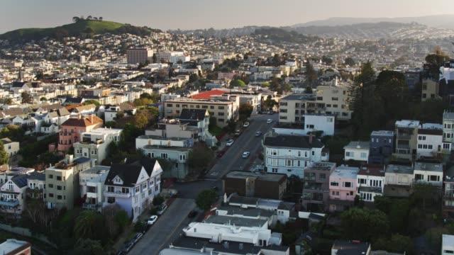 샌프란시스코의 가파른 주거 거리-공중 - 지역 유형 스톡 비디오 및 b-롤 화면