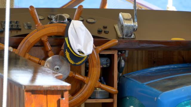 direksiyon simidi ve kaptan şapkası - kep şapka stok videoları ve detay görüntü çekimi