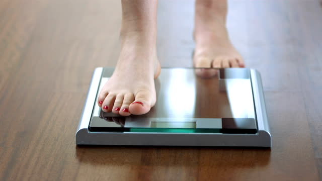hd dolly: шаг на весы в ванной комнате - вес стоковые видео и кадры b-roll