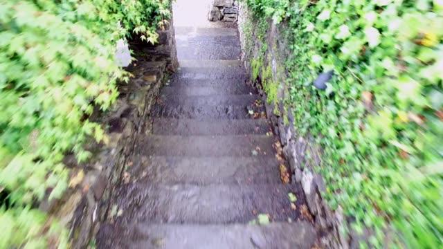階下に行く階段のステップ - 階段点の映像素材/bロール