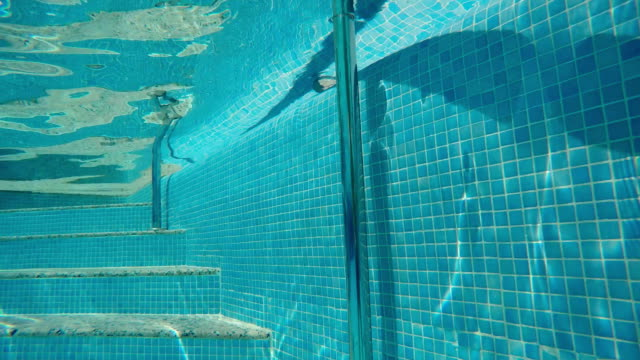 steps underwater in the clean pool - parapetto barriera video stock e b–roll
