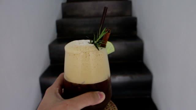 vídeos de stock e filmes b-roll de steps up serving iced lime black coffee - café gelado