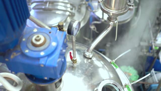 stockvideo's en b-roll-footage met steriele medische fabricage, kwaliteitscontrole - chemische fabriek