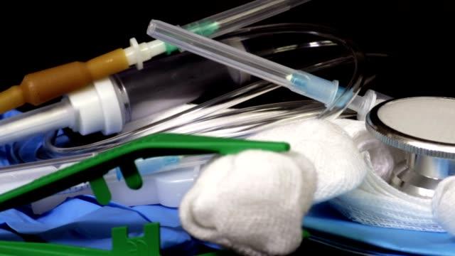 stetoskop tıbbi ekipman siyah ile - gazlı bez stok videoları ve detay görüntü çekimi