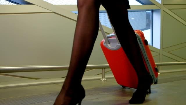 flyg värdinna går ner hallen på flygplatsterminalen väntrum inomhus - strumpbyxor bildbanksvideor och videomaterial från bakom kulisserna