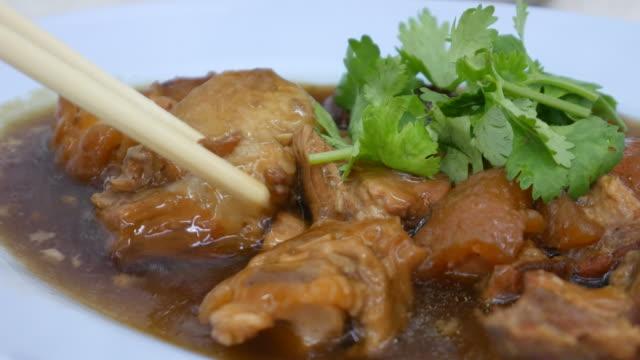vídeos de stock e filmes b-roll de stewed pork leg, chinese dish - comida asiática