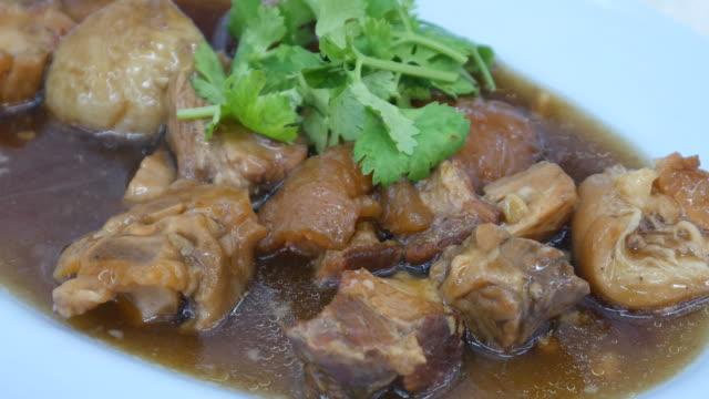 vídeos de stock, filmes e b-roll de perna de porco estufada, prato da culinária chinesa - comida salgada