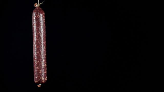ein stock salami, der an einem seil hängt. - ganzkörperansicht stock-videos und b-roll-filmmaterial