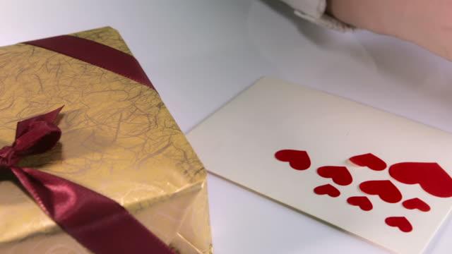 hd: herzförmiger aufkleber klemmt - valentinstags karte stock-videos und b-roll-filmmaterial