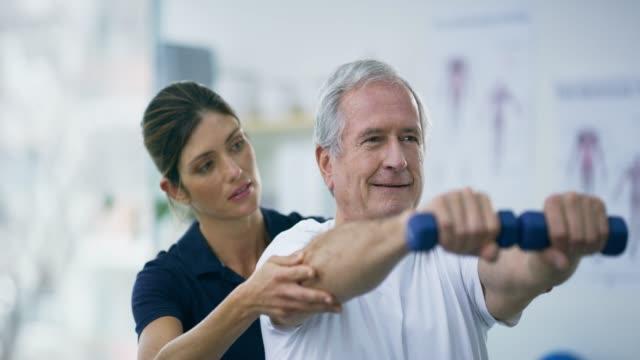 immer noch stark - physiotherapeut stock-videos und b-roll-filmmaterial