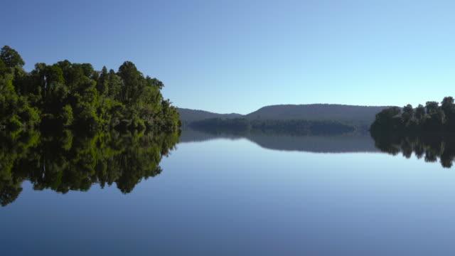 vidéos et rushes de encore de l'eau au lac. - lac reflection lake