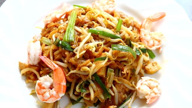 vídeos y material grabado en eventos de stock de revuelva los fideos de arroz frito con camarones o pad thai - comida tailandesa