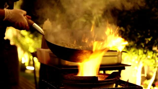 Unter Rühren braten und sautierten Gemüse im Wok auf Flamme bereitet. – Video