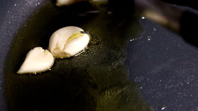 Stir frying garlic - video