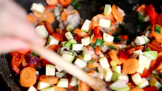 フライパンで焼かれる野菜炒め、パン、中華のお料理を準備する ビデオ