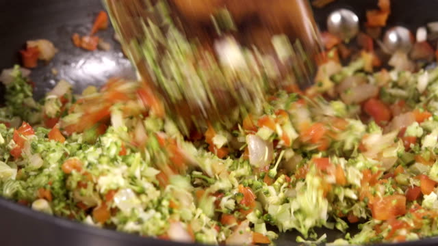Mexa para fritar legumes - vídeo