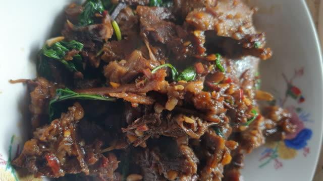 stir-fried beef and basil, thai food - tajska kuchnia filmów i materiałów b-roll