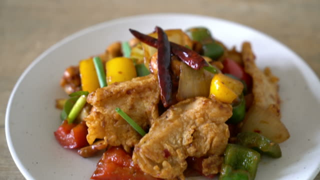 stir-fried chicken with cashew nuts - chilli con carne video stock e b–roll
