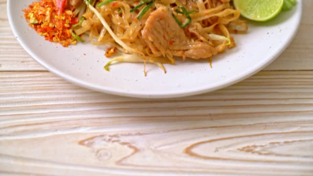 stir-fried rice noodles with pork in Asian style - vídeo