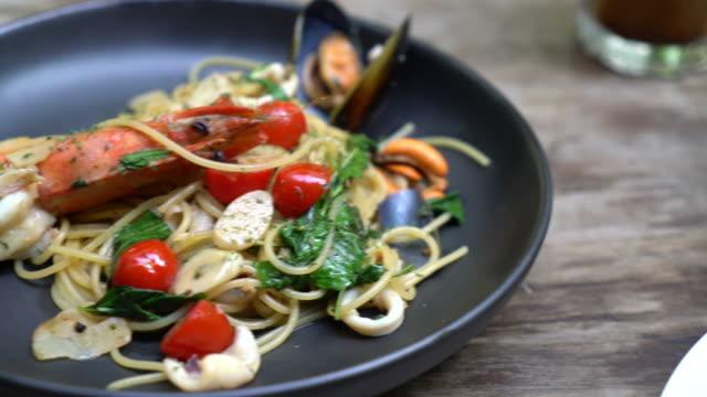 stir-fried spaghetti seafood video